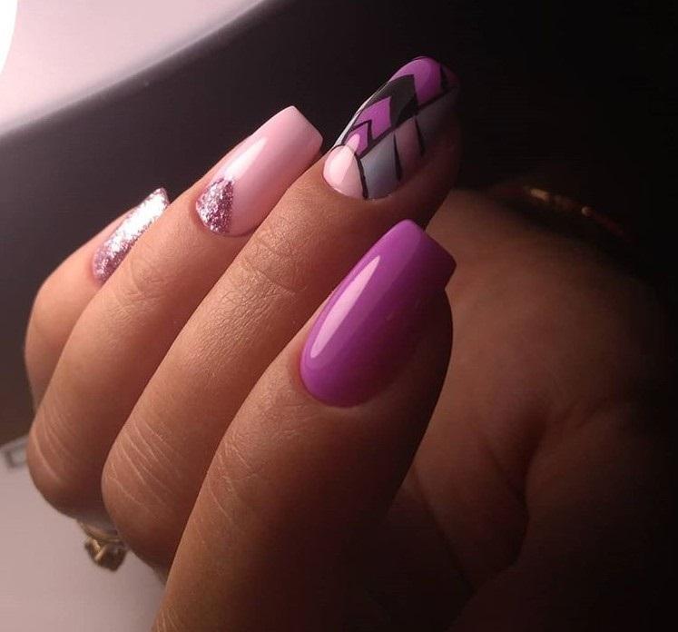 Маникюр фиолетового цвета со стразами фото