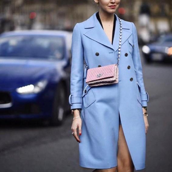 С чем носить голубое пальто 2021 фото модные тенденции