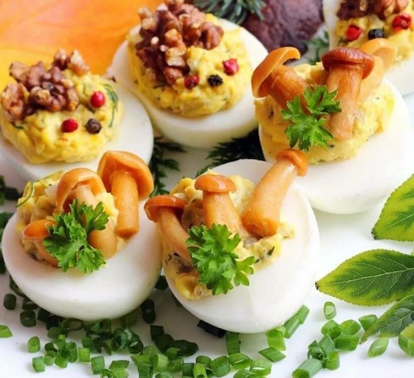 Фаршированные яйца на новый год 2020: самые вкусные начинки