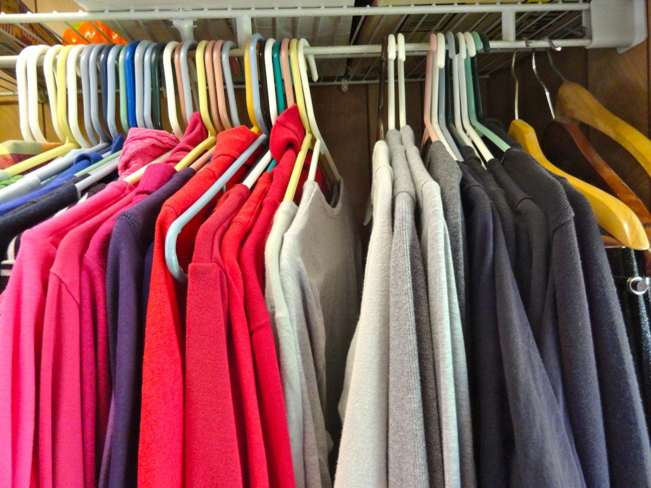 Какую одежду нужно хранить на вешалках?